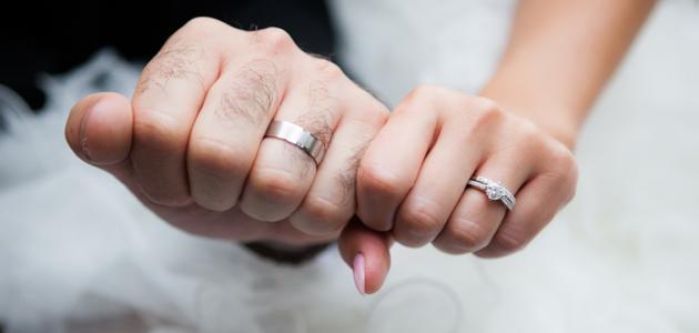 أين يضع الرجل خاتم الزواج